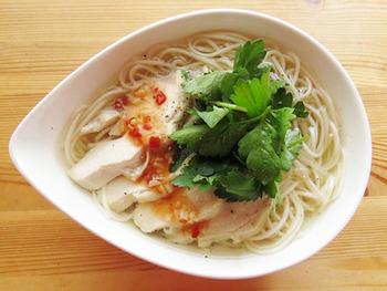 淡白な味のそうめんは、フォーの味付けにもよく合います。トッピングの鶏胸肉は、炊飯器の保温機能を使ってしっとり柔らかに仕上げたもの。その茹で汁をベースに、めんつゆやお酢でフォー風の味にしています。