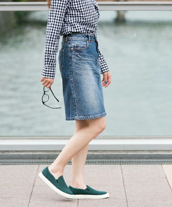 「デニムスカートを今年らしく着こなしたい!」そんな時に参考にしたいお手本コーディネートを、デニムスカートのタイプ別にご紹介していきます♪