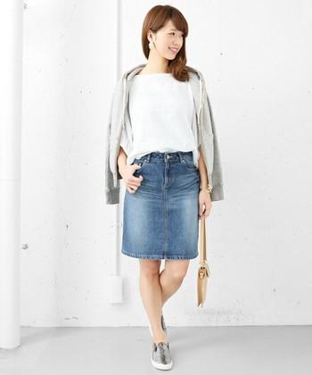 膝上丈のタイトスカートは、ちょっぴりアクティブなイメージ。とろみ感のある柔らかなカットソーの上にさらりとパーカーを羽織って、柔らかな女性らしさをプラスしています。