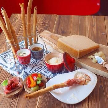 イタリアのレストランでは、よくカゴに盛られて提供されている卓上パン「グリッシーニ」。カリカリサクサクのクラッカーのような食感が美味しいグリッシーニですが、生地から作るのは大変...という時には、食パンで作ってみましょう♪焼き時間は25分~30分とかかりますが、カリッと香ばしく仕上がります。生ハムを巻いたり、アンチョビやトマトペースト、ホイップクリームをディップして。