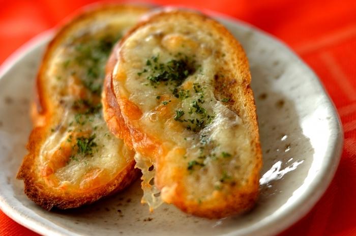 アンチョビペーストとモッツァレラチーズたっぷりのこんがりサクサクのバゲットはいかがですか?ディナーのメイン料理に合わせるのもおすすめの贅沢な味わいです。