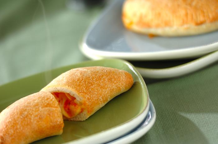 中からとろ~り出てくるチーズやソースが食欲をそそるイタリアのパン「カルツォーネ」は軽い食感で何個でも食べられそう!