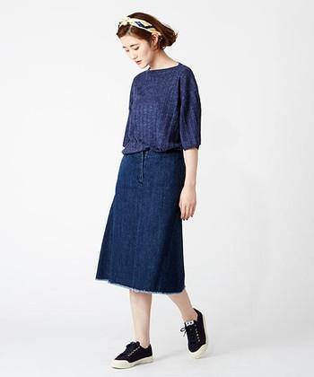 裾が程良く広がったフレアスカートは、どこか清楚な印象。同系色のトップスを合わせ、ナチュラルでかわいらしい着こなしに。頭にはバンダナを巻いて、トレンド感も忘れずに・・・。