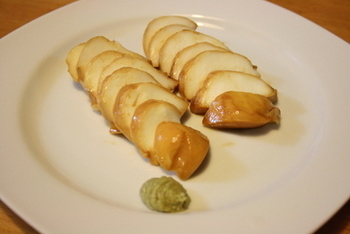 """モッツァレラチーズを醤油漬けのレシピ。わさびを添えると""""和""""の味わいに。チーズ=ワインのイメージが強いですが、こちらは日本酒や焼酎に合いますよ。"""