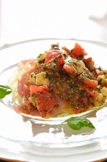 定番のカプレーゼをソースに使った冷製パスタのレシピです。生ハムを乗せてちょっぴりイタリアン気分♪冷凍麺を使っているので簡単です。