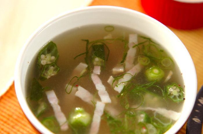 こちらはオクラのトロミが美味しいスープ。チキンスープの素で味付け簡単◎