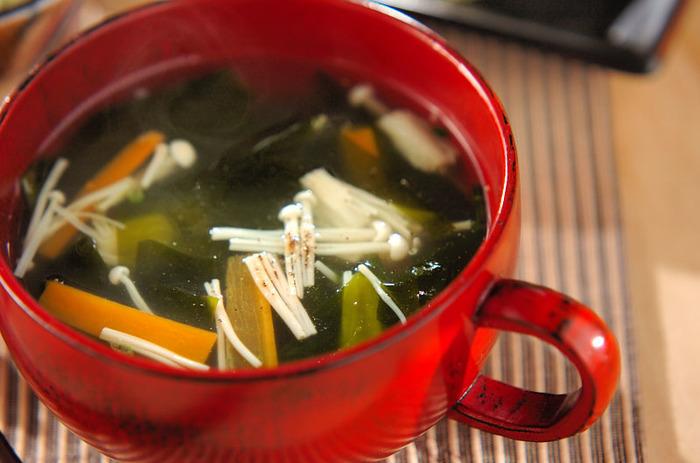 冷蔵庫にある食材で、ぱぱっと作れちゃう簡単スープ。最後にコショウを振りかけて、味をピリリと引き締めます。