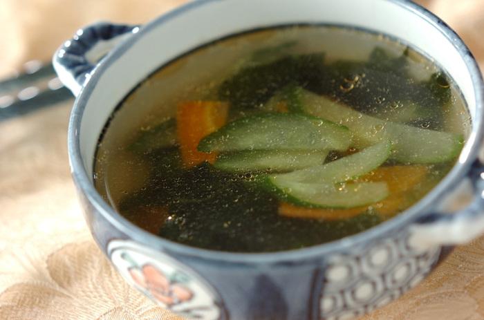 意外とスープと相性の良い「きゅうり」を使ったスープ。にんじんも入れて彩り豊かに。