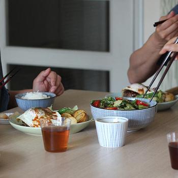 サラダの入った大きな器と、ごはんが盛られたお椀が「千段十草」。柄物同士ですが、すっきりとしたストライプ模様なので、食卓もごちゃごちゃせず上品な印象に。