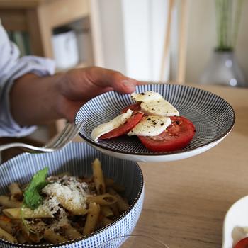 平らな【丸皿】は取り分け皿にぴったり。セットで使うと統一感が出てよりスタイリッシュな食卓に。