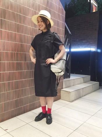 赤いソックスを合わせたスカートスタイル。靴がシンプルなだけに、靴下との組み合わせを考えるのも楽しみのひとつです。