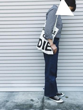 濃い色デニムにギンガムチェックのシャツをイン。スニーカーに合わせた少し短めの丈が、クラシカルな印象に。