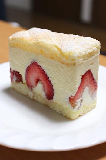 京都にあるいちごのスイーツ専門店。完熟したいちごを贅沢にスイーツに使用しており、ここでしか味わえない美味しさを楽しめます。ショートケーキやロールケーキ、ミルフィーユなど様々なケーキがポイントです。