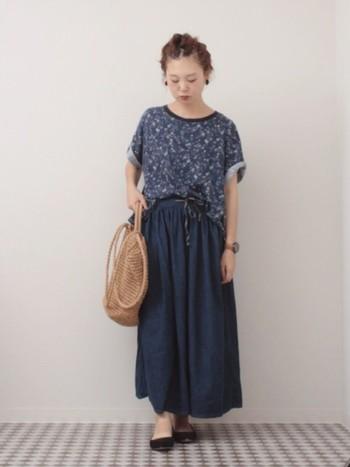 デニムアイテムの中でも、スカートは割と涼しいアイテムです。同系色のトップスと合わせてオールネイビーコーデを楽しむのもGOOD。カゴバッグで夏らしさをプラス。