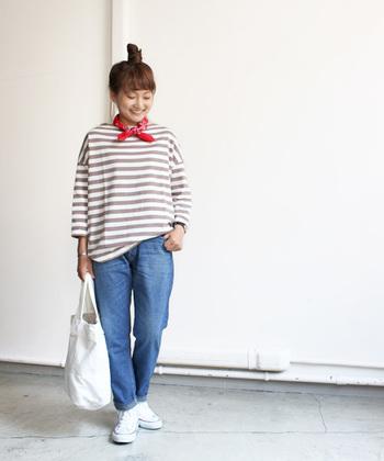 今年はバンダナが流行っています。赤のものはシンプルなファッションの差し色として使えるのでひとつ持っていると便利ですよ。ボーダー&デニムのマリンスタイルにピッタリ。