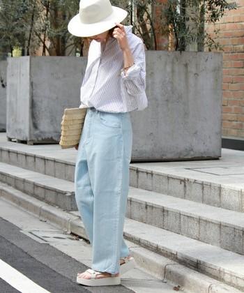 ヴィンテージ感のある薄いブルーのデニムを、ストライプのキレイめシャツと合わせた、大人の上品さを感じさせるコーディネート。カジュアルすぎるコーデが苦手な方にはおすすめです。