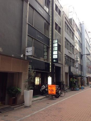 銀座8丁目の裏通りに入ったところにある喫茶店「カフェ・ド・ランブル(CAFE DE L'AMBRE)」。「珈琲だけの店」というこの喫茶店は、銀座の中でも創業1948年の老舗のお店です。年配の常連客が多いですが、口コミで広がり、外国人の方もよく訪れるスポットだそうです。