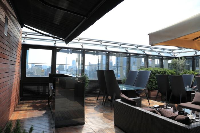 高級ブランドのブルガリが経営しているのが、このブルガリ ラ・テラッツァ・ラウンジ。ブルガリ銀座タワーの屋上にあり、テラス席から銀座の街を一望することが出来ます。