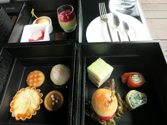 写真は「ブルガリ・アフタヌーンティー・ボックス」。日本風に3重の箱に入っています。ハンバーガーやキッシュ、おすすめのムースやスイーツなど、甘すぎない美味しさがポイント。大人の空間が楽しめます。