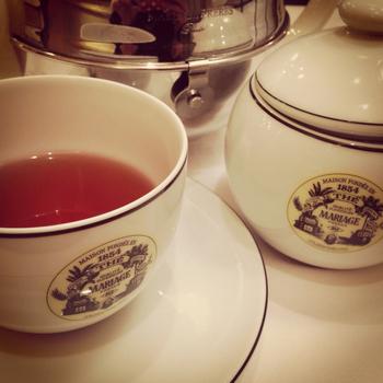 マリアージュフレール 銀座本店の特徴は、紅茶、中国茶などのメニューが500種類以上もあり、紅茶通の人に人気のお店です。ポットでいただくので、十分味わえます。写真はダージリンティーです。