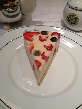 三種類のベリーが入ったムースケーキは絶品と評判。紅茶と一緒に頂くとより味わいが増しそうです。