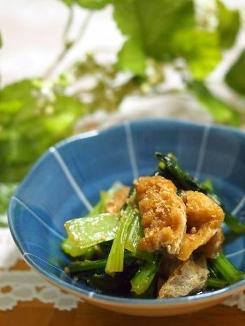 「小松菜」と油揚げといえば、煮びたしにもよく使われるナイスコンビ。きんぴらとして調理してもやっぱりおいしい安定の組み合わせです。