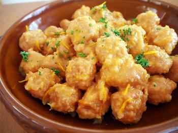 コロンと可愛い肉団子をパクパク食べられちゃうレシピ。ポイントは煮汁をしっかり煮詰めること!しっかりと煮詰められた煮汁は、絶妙な美味しさです。