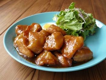 ややこってりとした甘めのタレが決め手のオレンジチキンです。柔らかい鶏肉だから、子供も大好きなメニューになりそう!こちらは、よくアメリカドラマなどでみる中華料理のデリバリーメニューを再現した一品です。