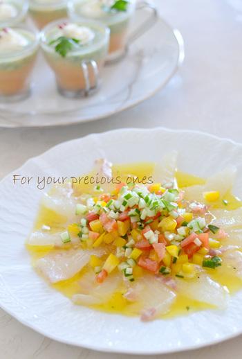 柑橘系の爽やかな味わいが楽しめるカルパッチョ。シンプルに醤油で食べるお刺身も美味しいけど、たまにはさっぱりと洋風にアレンジしてみませんか?刻んだ野菜で彩も豊かですよね!