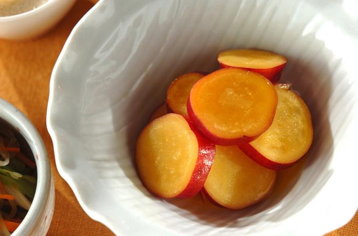 オレンジジュースの活用レシピの定番はコレ!甘いさつまいもに、オレンジの爽やかさをプラスした和惣菜です。子供も大好きな味だから、残ったら茶巾絞りにしてきんとん風のおやつに。