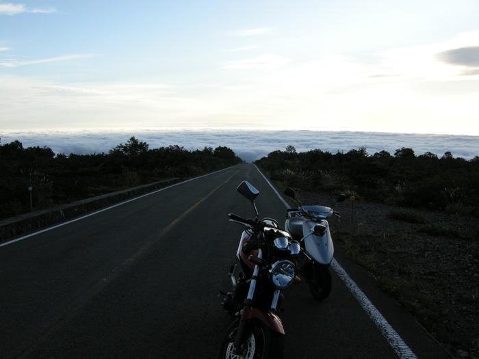 宮城県と山形県を繋ぐ蔵王エコーラインは、1962年に開通した山岳道路です。ここでは四季折々で蔵王連峰が魅せる素晴らしい景色を堪能することができるほか、気候や温度条件が揃えば、一面の雲海を見ることができます。