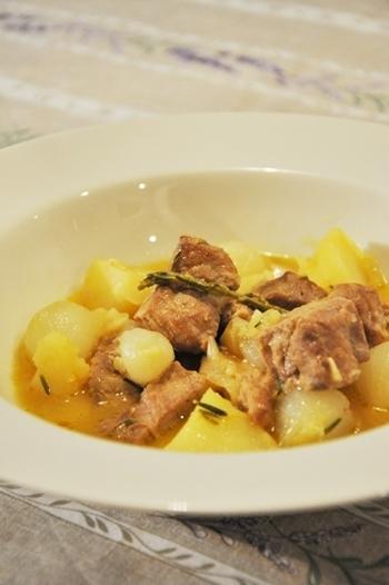 オレンジの爽やかな香りと、ローズマリーの香りが優雅な気分にしてくれる豚の煮込み料理。煮込まれた豚肉と玉ねぎの甘さがたまりません!スープにパンを浸けて、最後の一滴まで食べ尽くしたくなりますよ。