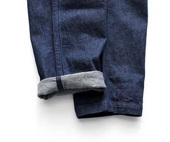 たっぷりしたシルエットですが、裾にかけて程よくテーパードがかかっている為、ロールアップをした時のたるみ方がとても綺麗なんです。