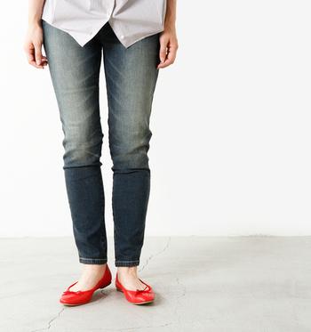 脚に美しくフィットしつつも、肌触りの良いコットンと伸縮性のあるポリウレタンを混紡した穿き心地抜群の仕上がりは、伝統的な技術やシルエット、ディテールを大切に考える「kelen」だからこそ。