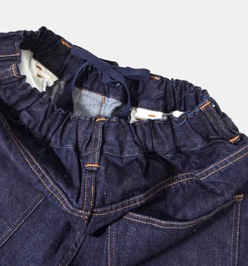 ウエストはなんとゴムで、紐で調節が可能♪セルビッチデニム特有の素材感に加えヒップやフロント部にもポケットがあるので、一見まさかウエストがこんなに楽チンになっているとは想像も出来ないですよね。