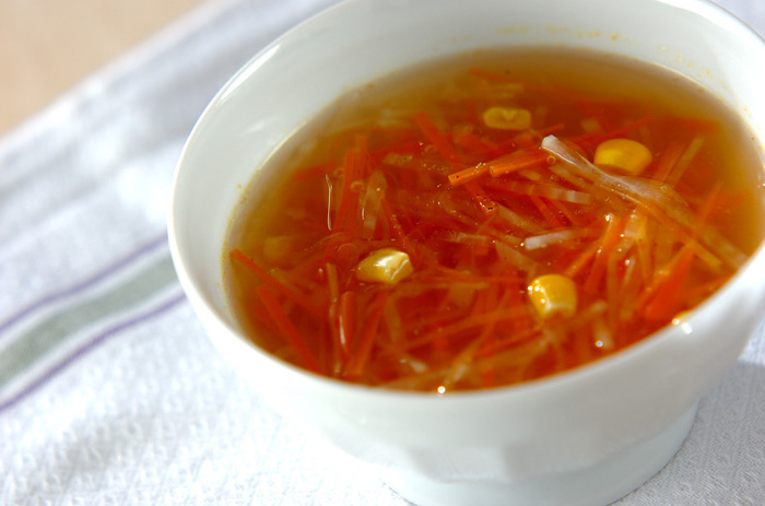 固形コンソメスープの素ひとつで味付け完了で、とってもお手軽!スープはお好みの野菜を使ってOK!どんな食事にも合うスープです。