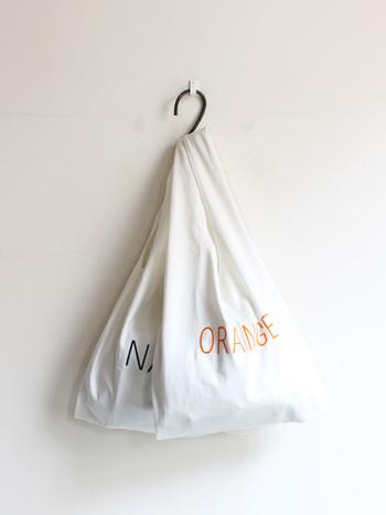広げれば一目瞭然。大容量のマーケットバッグなんです!  シンプルながらも、コットン100%の丈夫な生地感とたっぷりサイズが頼もしく、お買い物にぴったり♪ ひとつ上の画像のように、小さく折りたためばコンパクトに持ち歩けますよ。