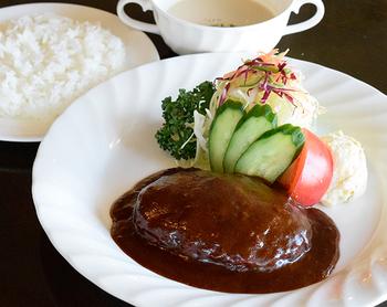 牛と豚の合いびき肉を使用したジューシーなデミグラスソースハンバーグ。 濃厚で濃くのあるソースが食欲をそそります。