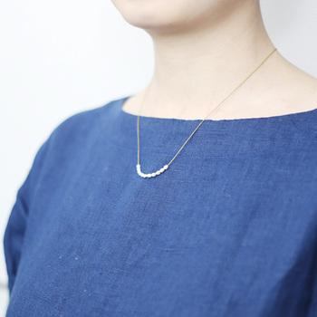 11粒の華奢な淡水パールがあしらわれた「11パールネックレス」。細いチェーンのように見えるのは、実は細い金色の絹糸をチェーン状に編んだもの。デザイナーである若山さんが、ひとつずつ手で編んでいるんです。