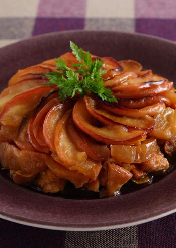 綺麗に並んだりんごが特徴的な、タルトタタンのレシピ。フライパンでりんごをソテーして、そのまま型代わりにして焼き上げます。生地はクッキーとシリアルを使うので手軽ですよ♪