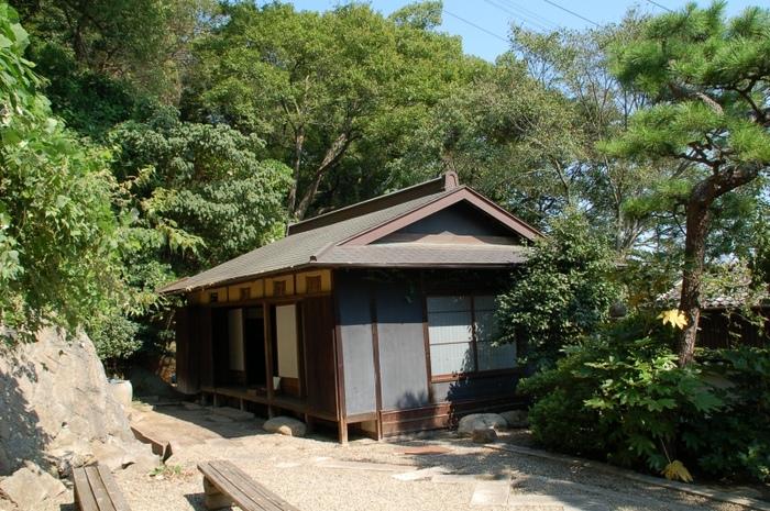 広島三次市出身の中村憲吉は、アララギ派の歌人。東大卒業後、経済記者を経たのち、実家の酒造業に従事。伊藤左千夫を師事し『アララギ』に参加しました。この旧居は、肺結核により46歳で他界した憲吉の終の棲家。千光寺の近くの高台に建つこの家からの眺めは抜群です。