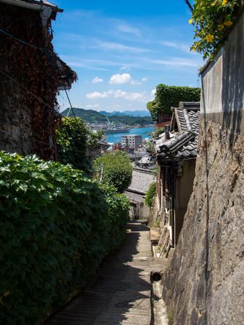 【石段の向こうには、尾道水道と向島。尾道はかつて灯籠など石造品を産物としていた町。石段や石垣、石畳と、町には石材が多く使われ、尾道ならではの雰囲気を生み出しています。】