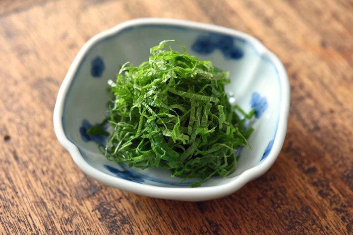 大葉はそのままの形で洗って使うのもいいですが、千切りにすることで風味が増します。このひと手間がいつもの手巻き寿司レシピを格上げしてくれます♪