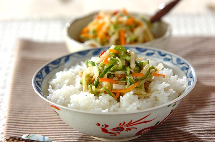 中途半端に残っている野菜を使って作る野菜のピリ辛甘酢塩麹漬けのレシピ。食欲の無い日もさっぱりと食べられます。