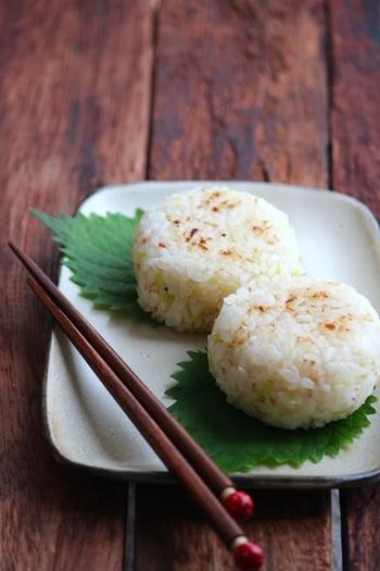 ネギとごま油の風味が効いたちょっぴり中華風の焼きおにぎりのレシピです。
