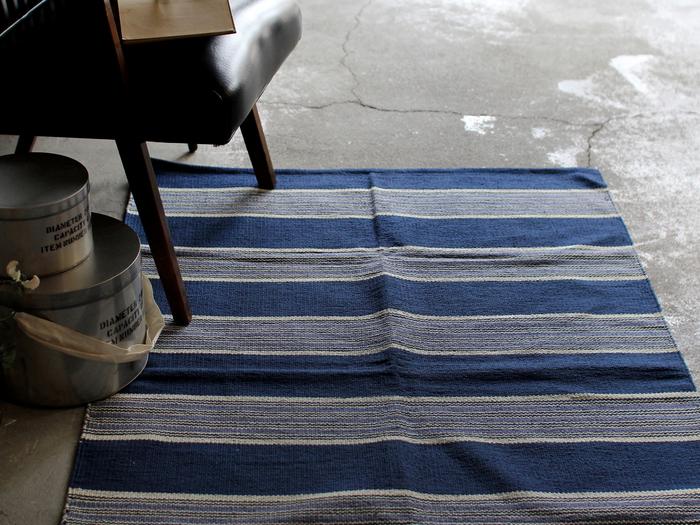 綿100%のやさしい肌触りで、ついつい床に座りたくなってしまう心地よさ。落ち着いたカラーは男女問わずに人気です。