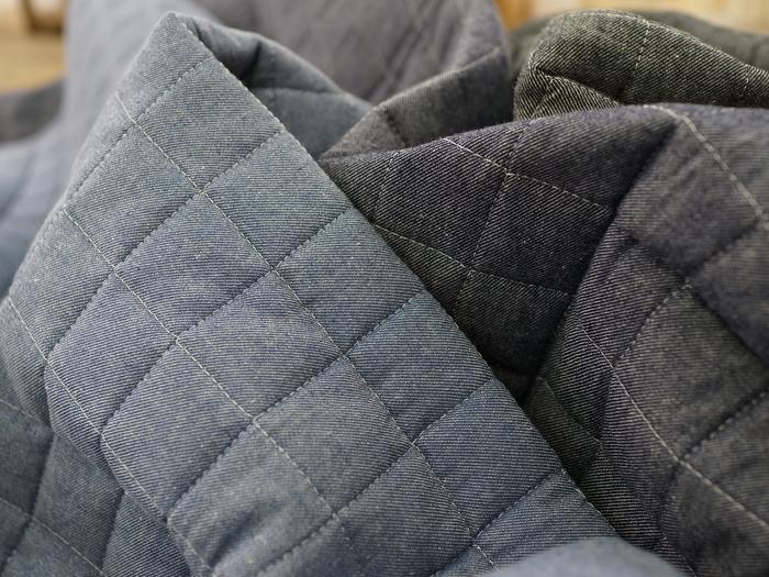 綿100%のしっかりとした素材。丈夫で長持ち、洗濯機で丸洗いできるのも嬉しいですね。カラーはジーンズのようにそれぞれ味のある3色展開。