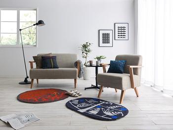 円形と楕円形、2種類のラグマット。ベッドやクローゼットの前、リビングのアクセントに。お部屋のどこに置いても便利なサイズです。