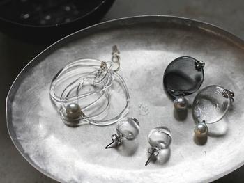 """「_cthruit (シースルーイット)」は女性作家・梅田香奈さんが""""見透かす""""という意味を持つ「see through it」から名付けたジュエリーブランド。数々のガラスジュエリーを展開しています。 ガラスの持つアンビバレントな性質を活かした、ミニマルでエッジーなデザインが魅力のブランドです。"""