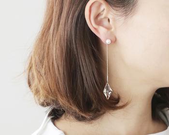 KIRIKO魚子ピアスとパールをつなぐ細く繊細なゴールドチェーン。耳元でゆらゆらと優雅で上品な輝きが揺れるデザインは、ついつい目で追ってしまいたくなりますね。